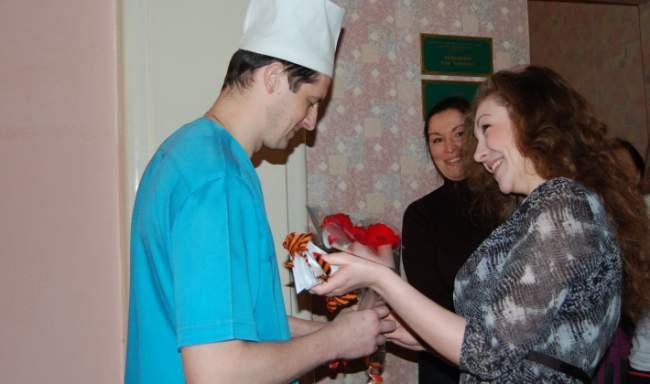 Студенты Луганского университета им. Шевченко поздравили раненых бойцов