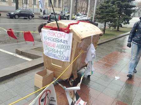 Протестующие под НБУ разожгли «буржуйку» для согрева 10:40 Президент ФИФА пригрозил России санкциями за проявления расизма