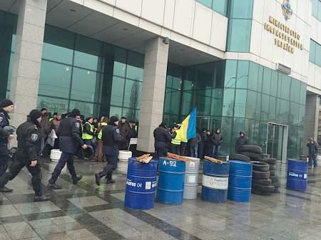 Под здание Мининфраструктуры принесли шины 09:57 В течение ночи боевики шесть раз нарушили режим тишины