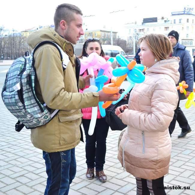 Жительницам Луганска подарили воздушные цветы