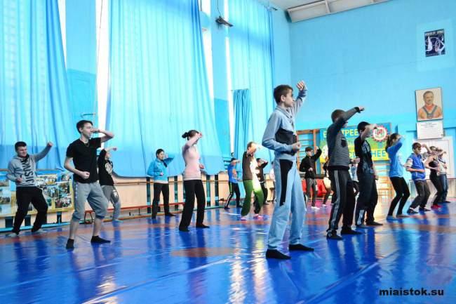 Молодых защитников учат рукопашному бою