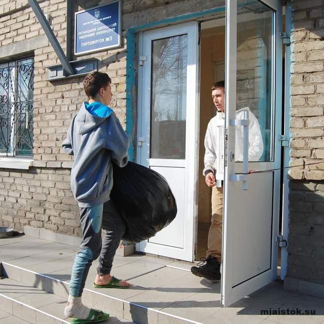 Прокуратура ЛНР передала беженцам игрушки и одежду