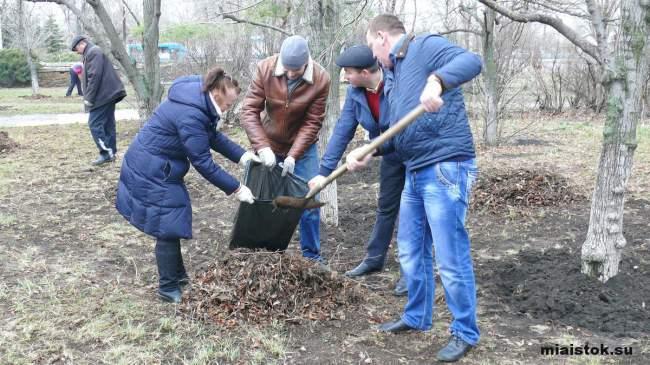 Сотрудники министерств поучаствовали в уборке города