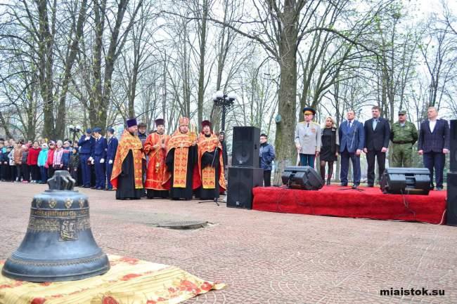«Мы едины, мы непобедимы!»: в Луганске установили колокол Победы