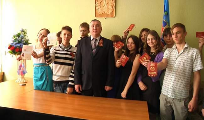 Первые луганчане которые получили сегодня паспорта ЛНР