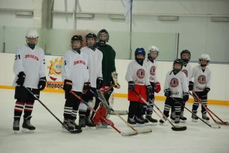 На Ледовой арене прошли соревнования по хоккею, посвященные 70-летию Великой Победы.