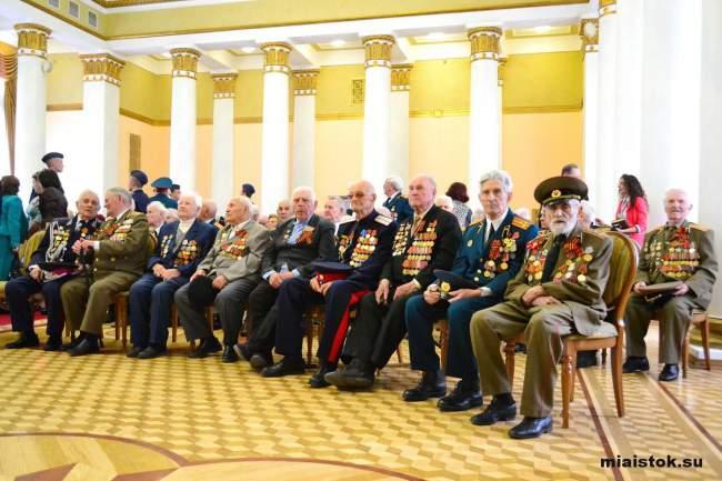 Глава ЛНР наградил ветеранов юбилейными медалями