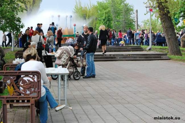 Вальс и песни под гитару под дождём в День Победы: концерт луганском сквере