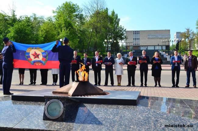 Флаги ЛНР торжественно передали в районные центры и города республики
