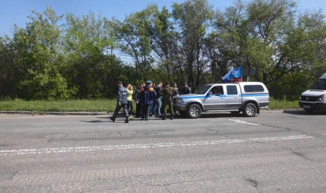 Автомобили гуманитарной колонны МЧС РФ прибыли на склады в Луганске, началась разгрузка