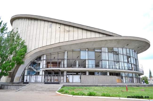 Максим Никулин посетил разрушенный Государственный цирк ЛНР