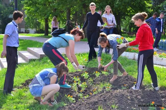 Акция «Незабудки» в Луганске: память о погибших детях в «цветах и стихах»