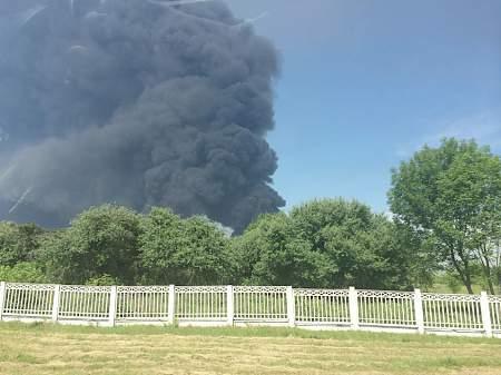 Столб дыма от пожара на нефтебазе видно за десятки километров от места происшествия 10:36 Украинец пытался вывезти в Польшу комплектующие к танку