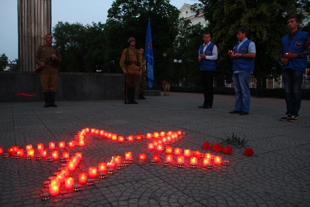 «Свечи памяти» зажглись в Луганске на рассвете 22 июня (ФОТО)