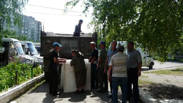Жители Севастополя передали для стахановчан стройматериалы