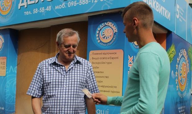 Молодежь ЛНР поздравила луганчан с праздником Крещения Руси и подарила им иконки (ФОТО)