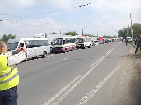 Более 800 дорожников в Волынской области перекрыли трассы из-за невыплаты зарплат