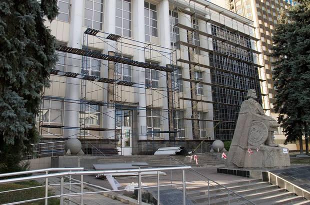 Восстановление библиотеки имени Горького в Луганске началось с ремонта фасада (ФОТО)