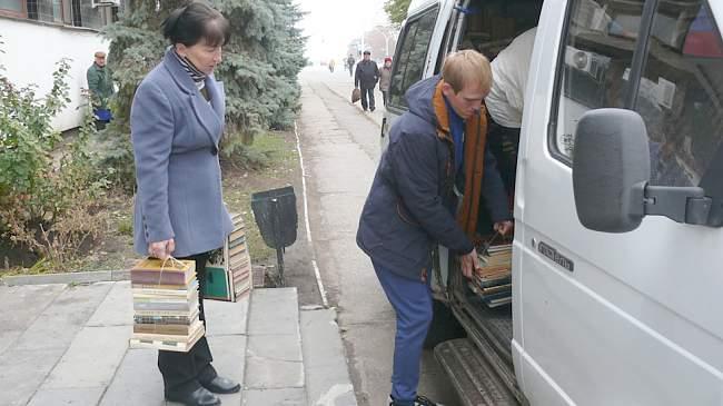 "Продолжается акция ""Подари книгу"" которая проходит по инициативе комитета профсоюзов"