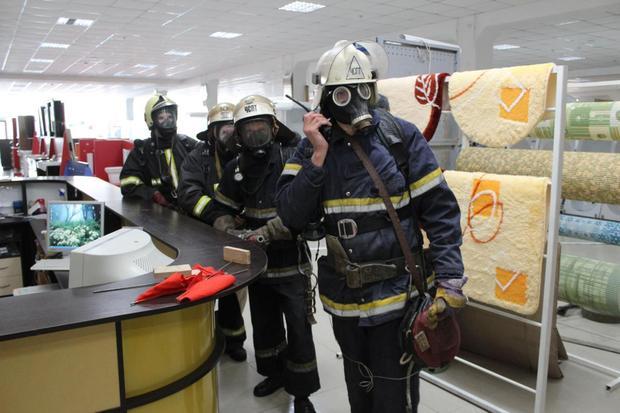 Спасатели провели учения по тушению пожара в луганском магазине «Стройленд» (ФОТО)