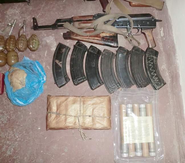 """В ходе проведения операции по выявлению незаконно хранящегося оружия, в п. Металлист, был обнаружен """"схрон"""""""