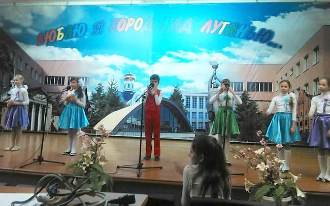 В школе №60 г. Луганска прошло праздничное мероприятие, посвященное Международному дню матери.