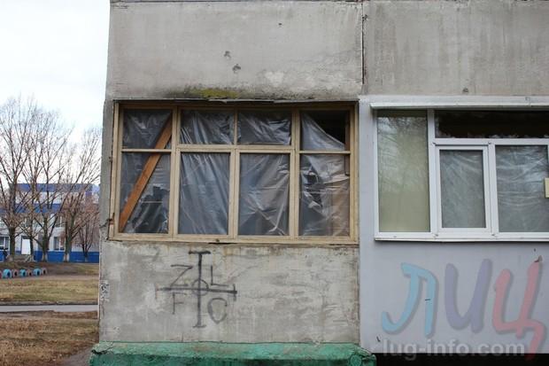 Мэр Луганска проверил ход восстановления многоэтажки, пострадавшей от обстрелов ВСУ (ФОТО)