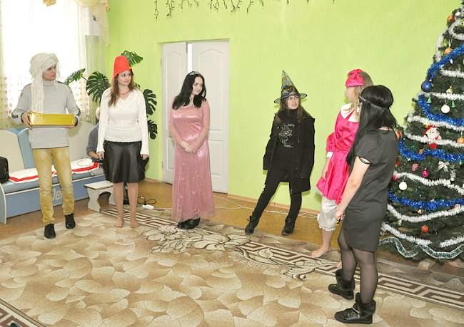 Волонтерская группа из Луганского национального аграрного университета совместно с профкомом студентов поздравили детей-сирот Краснодонского детского дома-интерната.