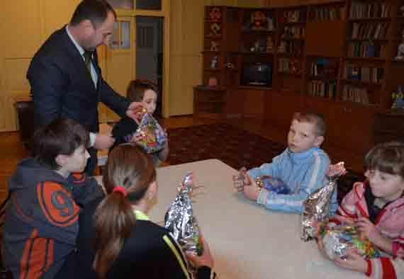 Дети из «Первоцвета» получили подарки от угольщиков
