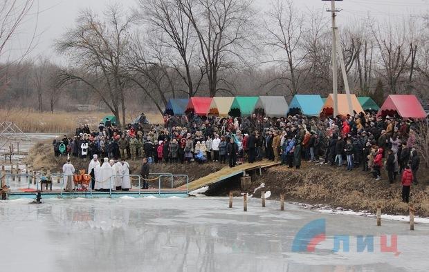Более 1000 жителей Луганска посетили крещенские купания в озере парка им. Горького (ФОТО)