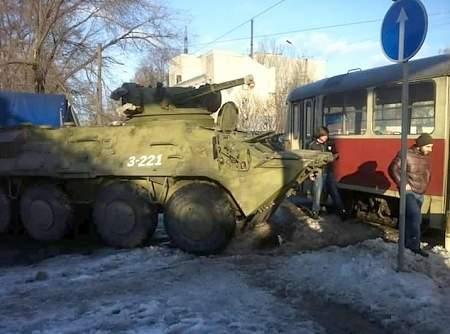 В Днепропетровске БТР столкнулся с трамваем