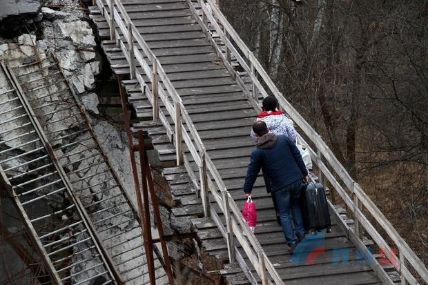 Местные жители выступили против закрытия КПП на линии соприкосновения в Станице Луганской (ФОТО)