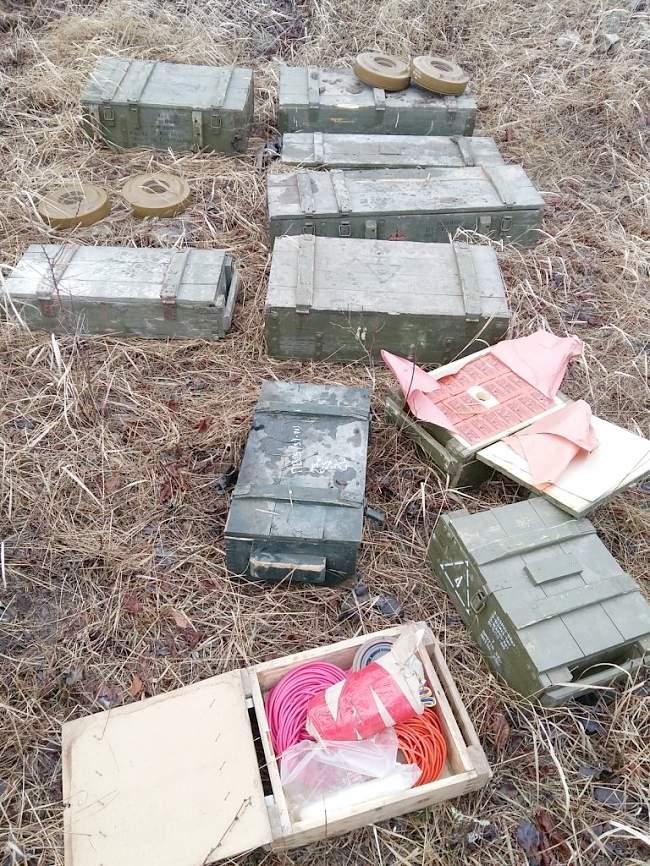 Сотрудниками Генпрокуратуры, совместно со следователями и прокурором города Брянки обнаружен тайник с боеприпасами