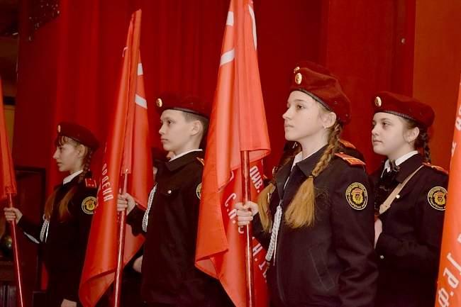 Игорь Плотницкиий вручил копию знамени Победы луганской школе