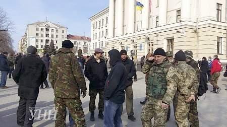 Под запорожской мэрией митингуют против сноса памятника В.Ленину, двух организаторов задержала полиция
