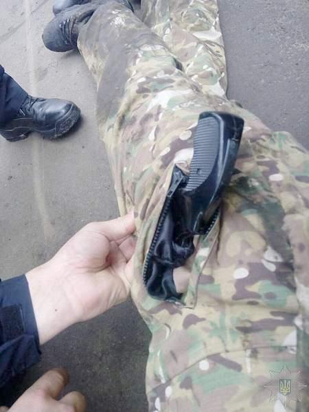 """В Харькове националист из зоны так называемой """"АТО"""" в камуфляже поставил школьников на колени и открыл огонь из пистолета"""