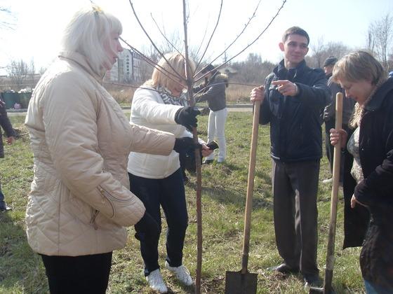 Студенты и преподаватели ЛГМУ к юбилею вуза высадили около 100 деревьев (ФОТО)