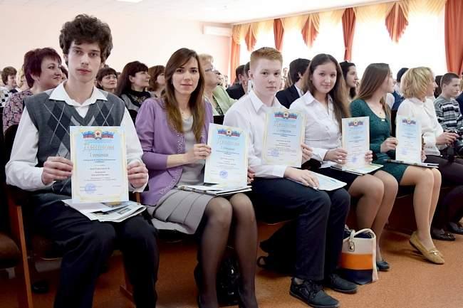 Заместитель руководителя Администрации Главы ЛНР поздравил школьников-олимпийцев