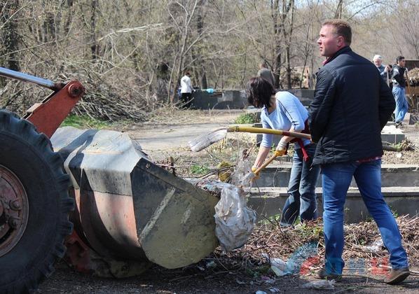 Луганчане очистили 120 тыс. кв. м парка им. Горького в ходе городского субботника (ФОТО)