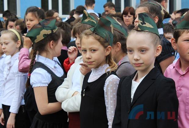 Участники автопробега передали школам Луганска бюсты великих людей России (ФОТО)