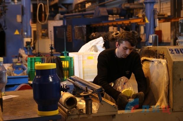 Рабочие провели для школьников экскурсию по Луганскому заводу «Маршал» (ФОТО)
