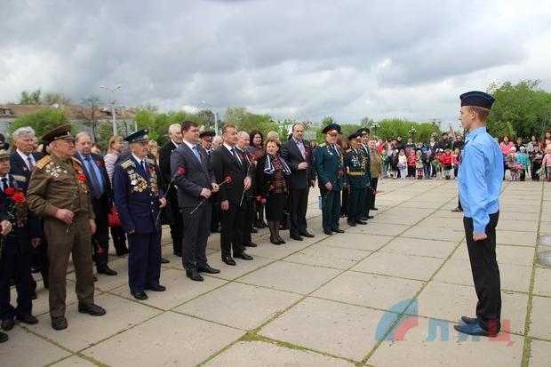 Руководители ЛНР вместе с ветеранами провели автопробег по памятным местам столицы (ФОТО)