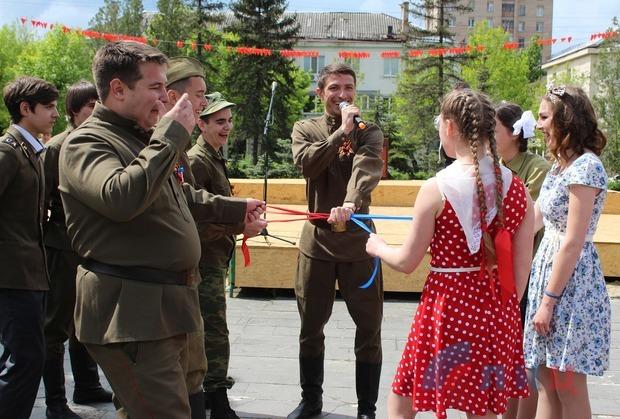 Молодежь Луганска провела в сквере Героев «Молодой гвардии» Бал Победы (ФОТО)