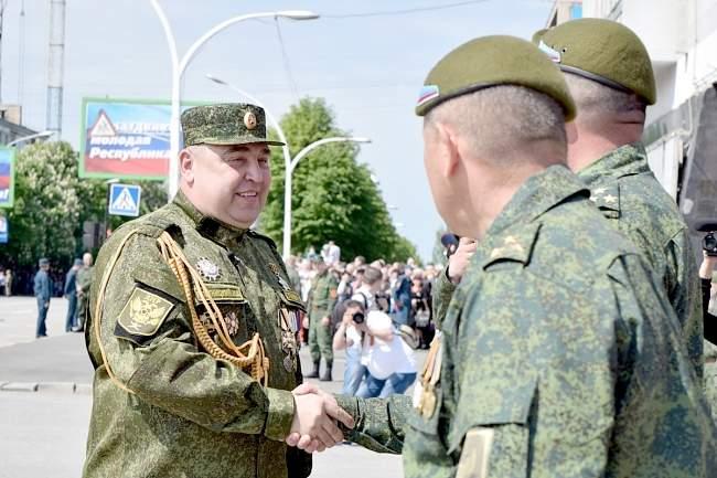 Верховный главнокомандующий Игорь Плотницкий принял Парад Победы