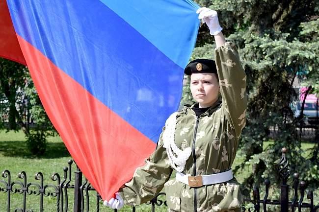 Представители Администрации Главы ЛНР приняли участие в церемонии поднятия флага республики