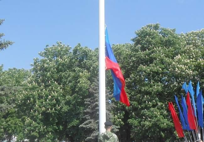 Церемония поднятия флага ЛНР