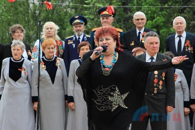 Творческие коллективы Луганска концертом поздравили жителей с Днем Республики (ФОТО)