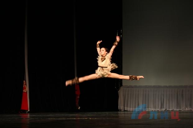 Танцевальный фестиваль собрал в Луганске более 2 тыс. участников (ФОТО)