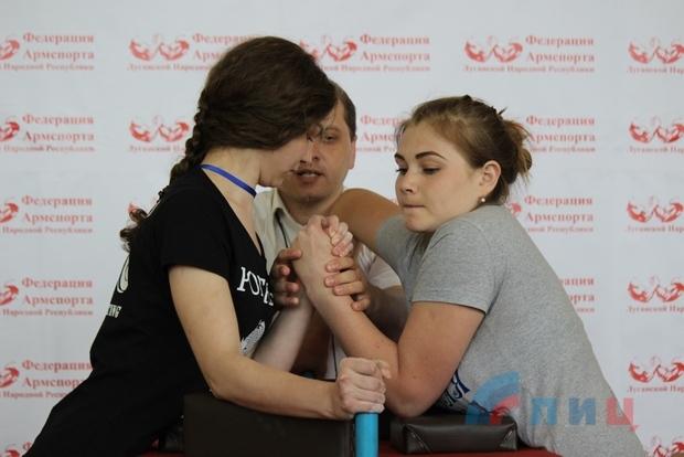 Более 60 любителей армспорта из ЛНР и ДНР померились силами на турнире в Луганске (ФОТО)
