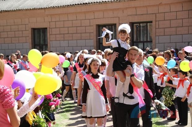Мэр столицы ЛНР пожелал выпускникам сохранить луганский характер и любить Родину (ФОТО)